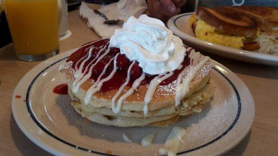 Buttermilk Pancakes mit Himmbeeren und Sahne