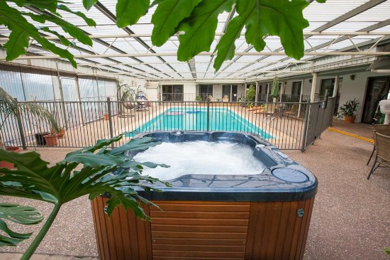 Batemans Bay Manor Bed And Breakfast Covered Pool Area With Spa Sauna