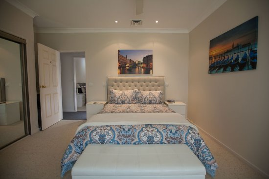 Batemans Bay, ออสเตรเลีย: Queen Manor Room - great for the corporate traveller