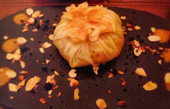 Greater London, UK: saccottino di pasta fillo con pollo speziato, chutney di albicocca e mandorle
