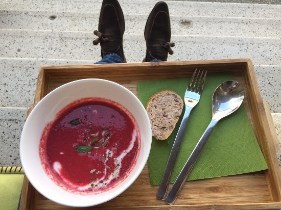 Oberwart, Østerrike: Rote-Beete Suppe mit Apfel und Couscous verfeinert