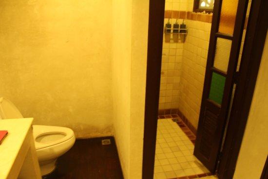The Rim Resort: ducha separada de la bañera