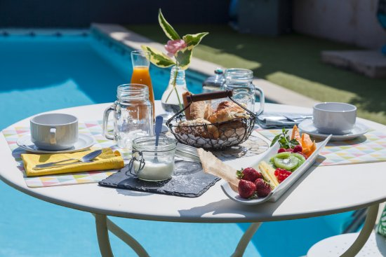 La-Bouilladisse, Francia: petit déjeuner au bord de la piscine