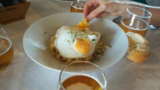 Aznalcazar, Spanien: Arroz con costilla, Abanicos de cerdo y chanquetes con pimientos y huevos fritos.