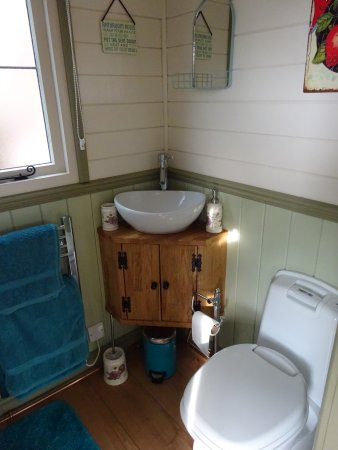 Kempsey, UK: The bathroom - shower off to left