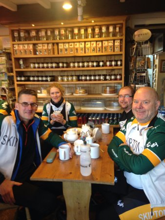 Kettlewell, UK: Skipton Cycling club enjoying a break