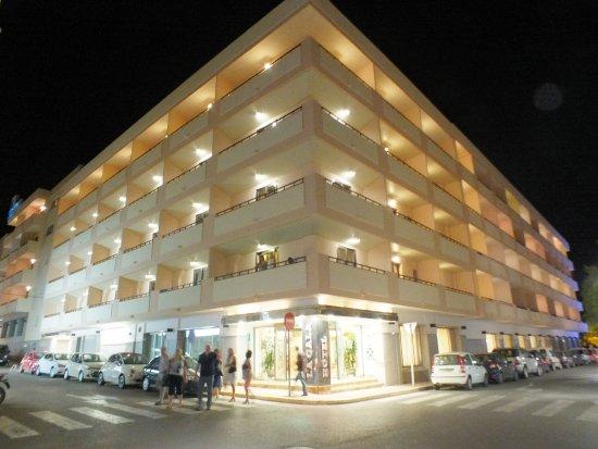 Invisa Hotel La Cala : Hotel front at night