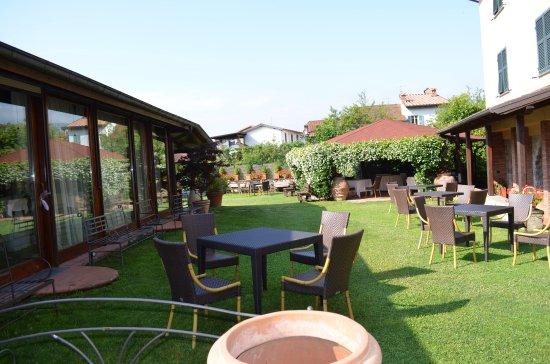 Villafranca in Lunigiana, Włochy: parte di giardino del ristorante che comprende anche una bella piscina...