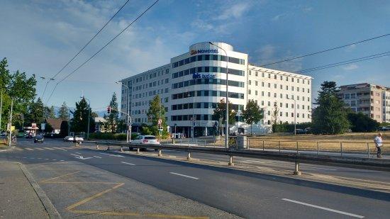 Cointrin, Suisse : Hotel visto do ponto de onibus que leva ao centro. Bem perto.