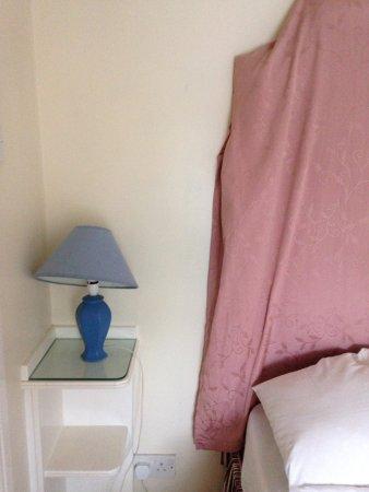 Dorrington, UK: The bedroom - broken lamps, no light bulbs, shabby bedhead :(