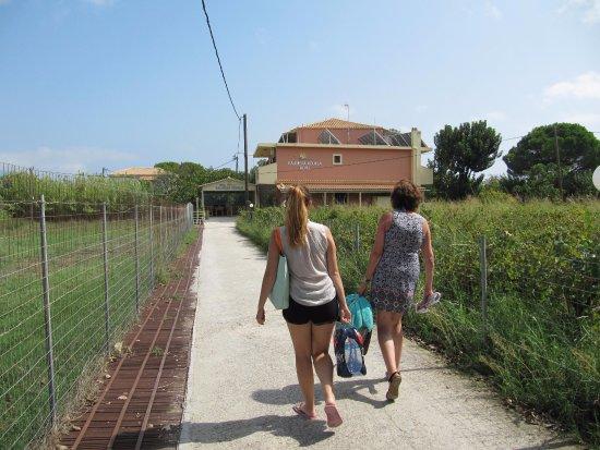 Porto Koukla, Grecja: Walking to the apartments for the first time