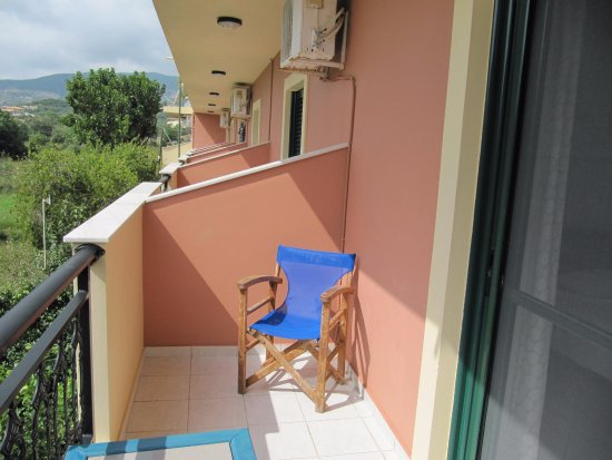 Porto Koukla, Grecja: Our balcony, two chairs and a table. We had breakfast here every morning