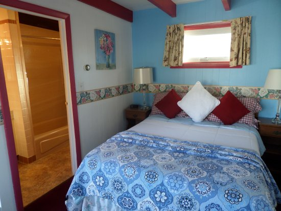 Claddagh Motel & Suites: one queen bed