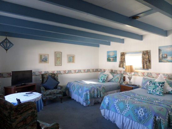 Claddagh Motel & Suites: two double beds