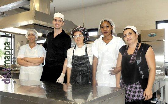 Сан-Пьетро-ин-Кариано, Италия: Lo chef Elena con il suo staff di cucina
