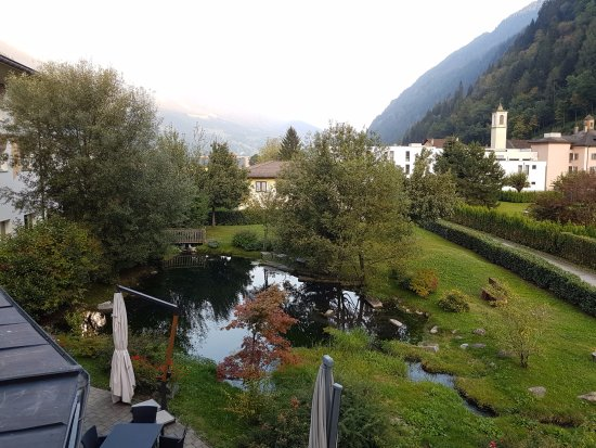 Piotta, Sveits: uitzicht vanuit de kamer over de tuin.