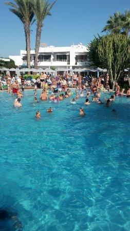 Sunwing Sandy Bay Beach: Greit med folk å stappfullt med barn😂