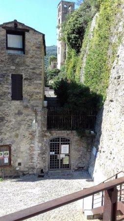 Italian Riviera, İtalya: entrata del castello