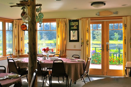 Gustavus, AK: Dine overlooking the garden and sunset