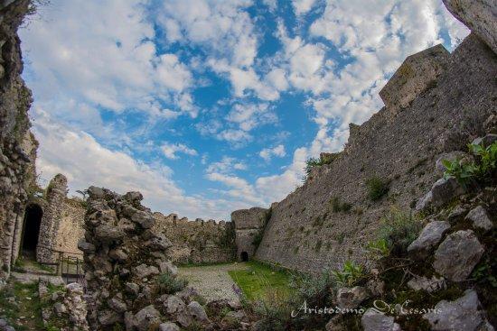 Alvito, Włochy: Dentro le rovine