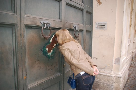 Hotel San Anselmo: Ворота посольства Мальта (Три государства через замочную скважину)