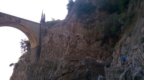 Fiordo di Furore, Itália: Fiordo visto dalla spiaggia con scalini per accesso dalla strada
