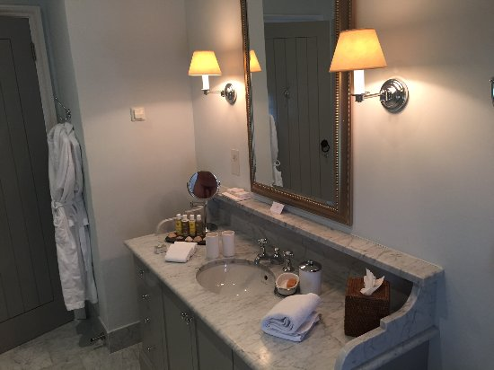 Doonbeg, Irland: Well appointed bathroom, with nice soaps & shampoos.
