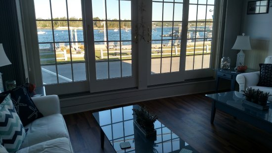 East Boothbay, ME: Beautiful sitting room with fireplace!