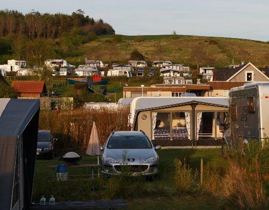 Hjarbaek, Dänemark: Udsigten fra pladsen op mod terassepladserne