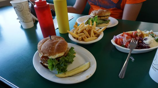Mariposa, Californien: vegetarian burger, fries, salad from the buffet