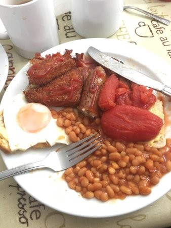 Lydd, UK: A delicious all day breakfast, hot and tasty, perfect egg!
