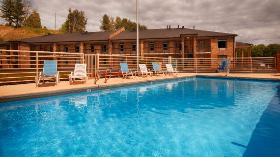 BEST WESTERN Bryson Inn : Splash around and have fun with the family in our outdoor seasonal pool for hours of fun.
