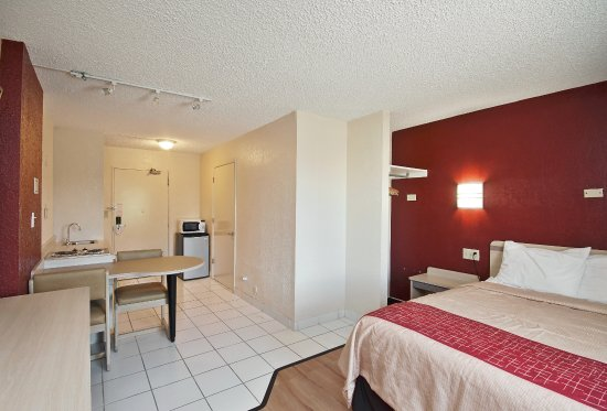 Independence, MO: ADA Accessible Deluxe Queen with Kitchenette and Roll-In Shower