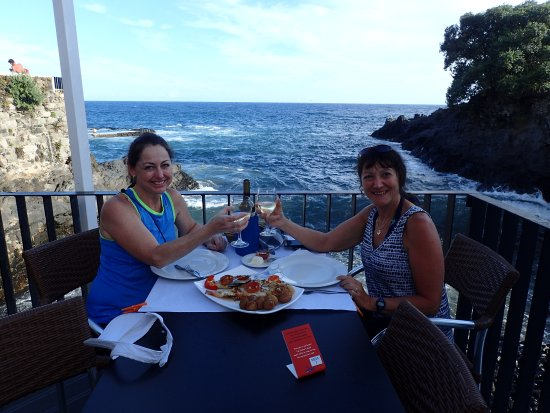 Lagoa, Portugal: Friends enjoying a delicious dinner!