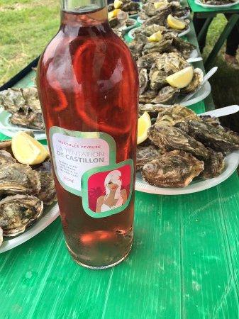 """Saint-Christoly-Medoc, ฝรั่งเศส: Dégustation d'huîtres lors de la balade gourmande, accompagnée du rosé """"La Tentation de Castillo"""