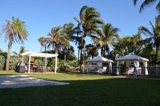 Westgate South Beach Oceanfront Resort: Gazebos, zona de parrillas y cancha de Voley