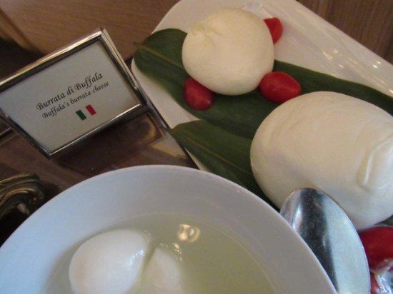 Four Seasons Hotel des Bergues Geneva: 朝ごはんの美味しいチーズ