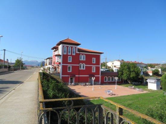 Hotel Restaurante Puente Romano : Vu de l'hôtel au niveau du pont romain. En bas à droite la salle de restaurant.