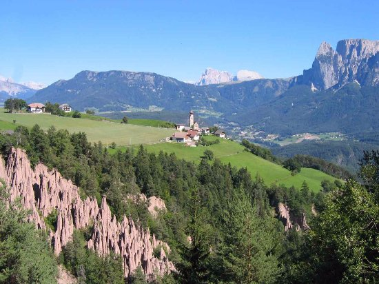 Soprabolzano, Italy: Piramidi di Terra a Longomoso con vista a San Nicolò