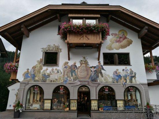 Santa Cristina Valgardena, إيطاليا: Il palazzo di Deur