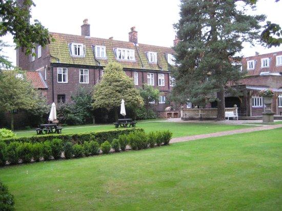 Barnby Moor, UK: Rear Garden and terrace