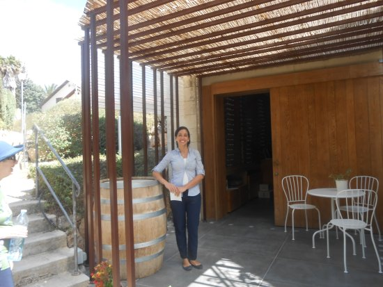 Galilea, Izrael: our charming host outside the tasting room