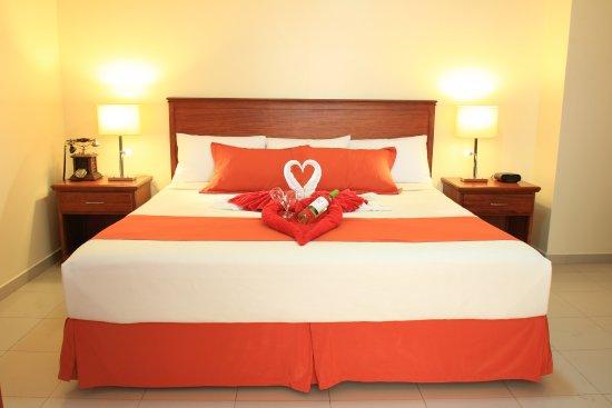 Hotel El Marques: Habitación matrimonial decorada para el paquete romántico