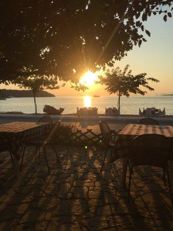 Plataria, Grecia: Abendstimmung in der Taverne
