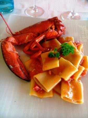Un ottimo pranzo di pesce in uno chalet in riva al mare