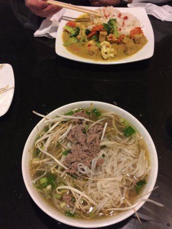 """Strathmore, Canadá: """"Rare Beef"""" noodle soup and Curry"""