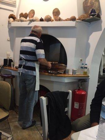 Antiparos Town, Греция: Tänk dig att du är hemma hos en grekisk familj och äter. Högt i tak roliga kommentarer samt fant