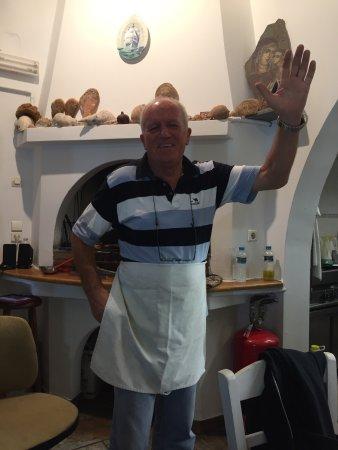 Antiparos Town, Hellas: Tänk dig att du är hemma hos en grekisk familj och äter. Högt i tak roliga kommentarer samt fant