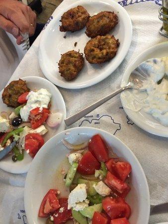 Antiparos Town, Grecia: Tänk dig att du är hemma hos en grekisk familj och äter. Högt i tak roliga kommentarer samt fant
