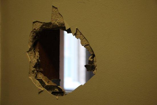Petaluma, Kalifornia: Random hole in the wall due to construction